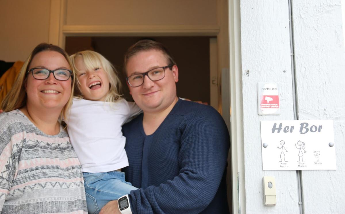 Styreleder i Galnåsmyra borettslag, Kim André Slåttøy, ledet arbeidet da Signal ble valgt som leverandør av internett og TV-løsning til de 340 leilighetene i borettslaget. Her sammen med kona Else Maren og lille Olivia.